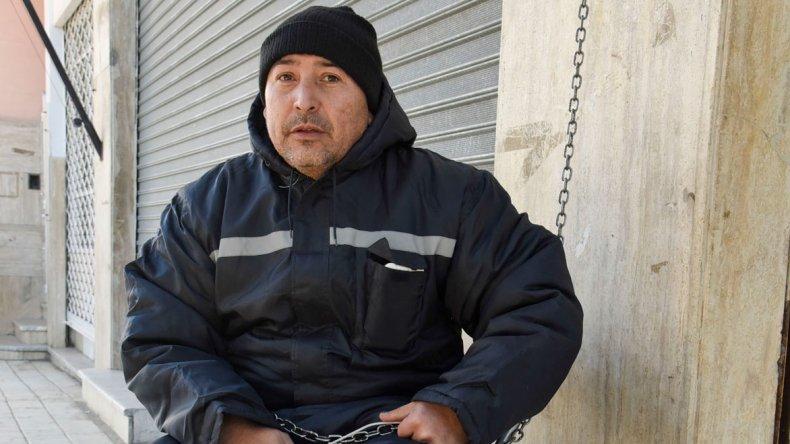 Javier Zalazar se encadenó al Concejo Deliberante para pedir una solución a su delicada situación.