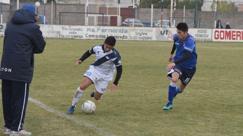 Jorge Newbery tendrá esta tarde una difícil visita en cancha del Deportivo Sarmiento.