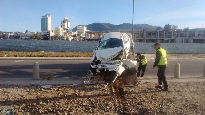 Personal de Tránsito retira el Fiat Siena que quedó chocado y abandonado sobre el Paseo Costero.