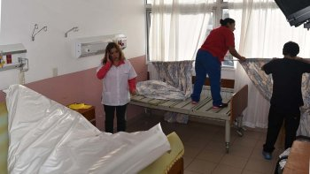 La directora del Hospital Zonal, Patricia Zari, supervisó personalmente las tareas de limpieza y desinfección de las salas donde misteriosamente apareció una plaga de cucarachas.