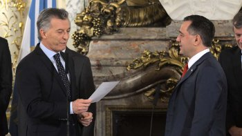 El presidente Mauricio Macri le toma juramento a Alejandro Finocchiaro como ministro de Educación.