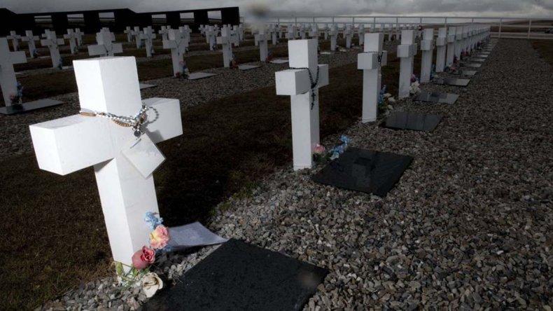 Entre los soldados argentinos sepultados en el cementerio de Darwin tras la Guerra de Malvinas