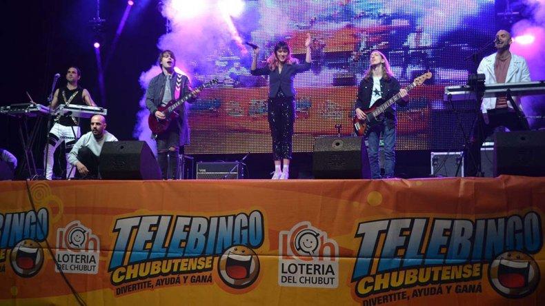 La banda uruguaya Mano arriba cerró el Telebingo Súper Recargado que repartió importantes premios.