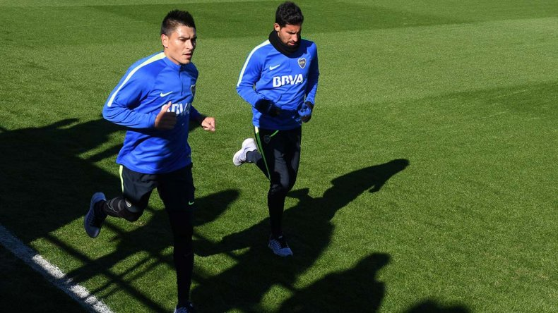 Paolo Goltz junto a Juan Manuel Insaurralde durante el entrenamiento de Boca ayer en Casa Amarilla.