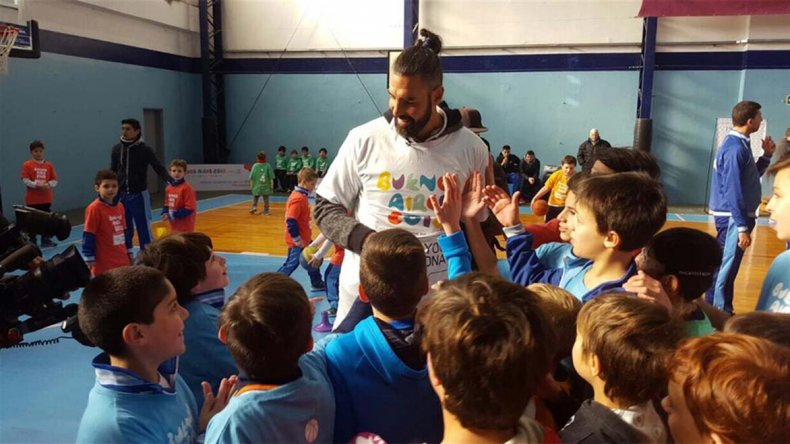 Luis Scola recibe el cariño de los chicos en el club Gimnasia y Esgrima de Villa del Parque.