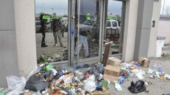 Además de arrojar residuos en el frente de la Secretaría de Desarrollo, los manifestantes ingresaron al edificio para lanzar gases y hacer explotar bombas de estruendo.