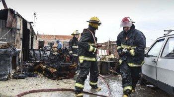 una familia con cuatro ninos se quedo con lo puesto al incendiarse su casa