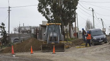 En los barrios donde las familias se calefaccionan con leña o electricidad, la llegada del gas natural se ve frenada por la burocracia de Camuzzi, cuestionó el intendente.