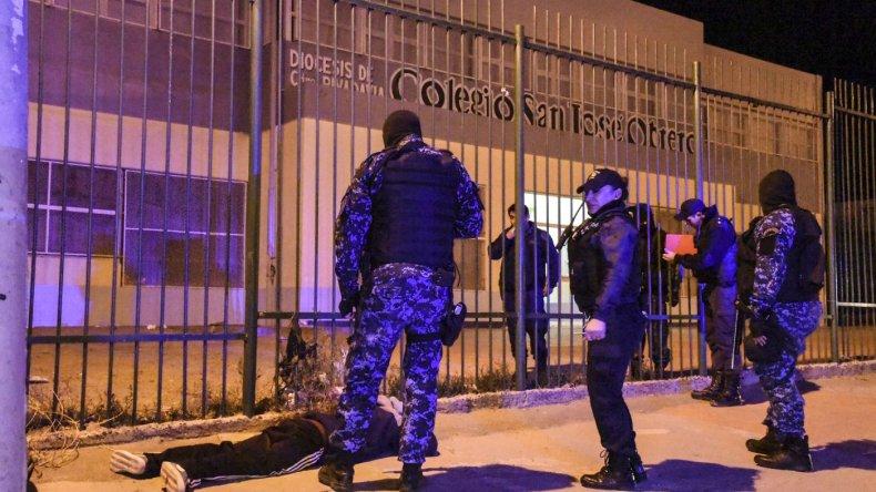 Demoraron a dos jóvenes en la puerta de un colegio con un arma de utilería