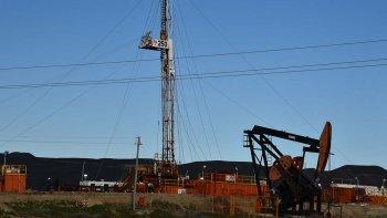Al igual que otras operadoras, Sinopec frena sus inversiones en yacimientos santacruceños. En la foto, uno de los pocos equipos de perforación que hasta hace unos días operaba en proximidades del Cañadón Minerales.