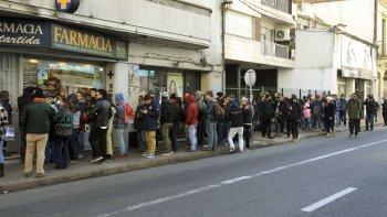 La fila de compradores que registraba ayer una de las farmacias de Montevideo habilitadas para la venta de marihuana recreativa.