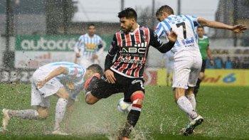 El partido que se jugaba el 9 de julio fue suspendido a los 15 minutos del primer tiempo, por la intensa lluvia.
