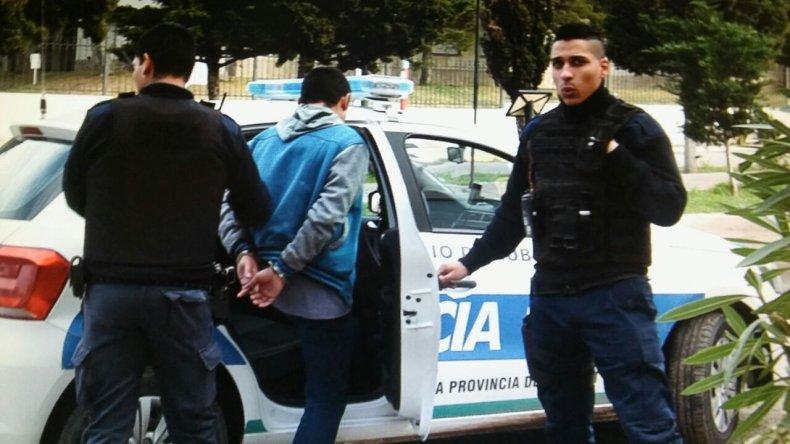Foto: Los detenidos son trasladados. Martín Pérez/El Patagónico.