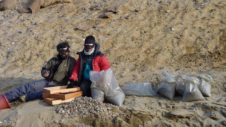 Javier Gelfo y Carolina Acosta Hospitaleche en el sitio del hallazgo. En la imagen superior se observa el mapa con el área del descubrimiento.