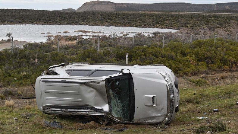 La Toyota Hilux SW4 del tipo deportivo y familiar quedó recostada sobre su lateral derecho con serios daños