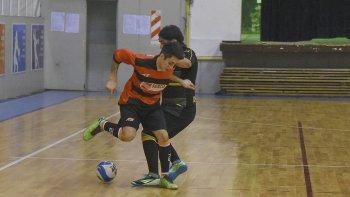 El fútbol de salón continuará esta tarde con la disputa del torneo Apertura que ingresó en sus tramos de definición.