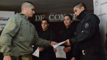 Fabián Muñoz –izquierda- instructor de la Dirección de Capacitación de la fuerza de seguridad, hace entrega del certificado a un integrante de las nuevas camadas de policías.