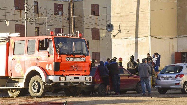 Bomberos puso al resguardo a un hombre con principio de asfixia al sacarlo por una ventana del segundo piso en el edificio 6.