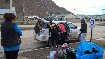 El momento en que la Brigada de Investigaciones de Esquel requisa la Toyota Hilux SW4 en la que viajaban los sospechosos.