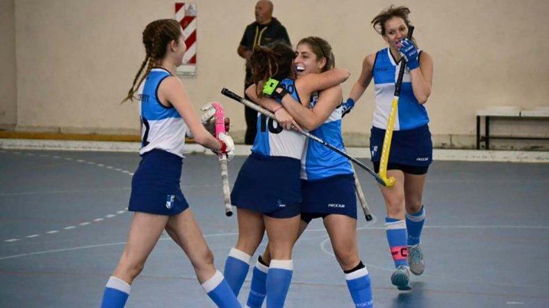 Las chicas de Chenque RC festejan un gol en el torneo Vientos Patagónicos de hóckey.