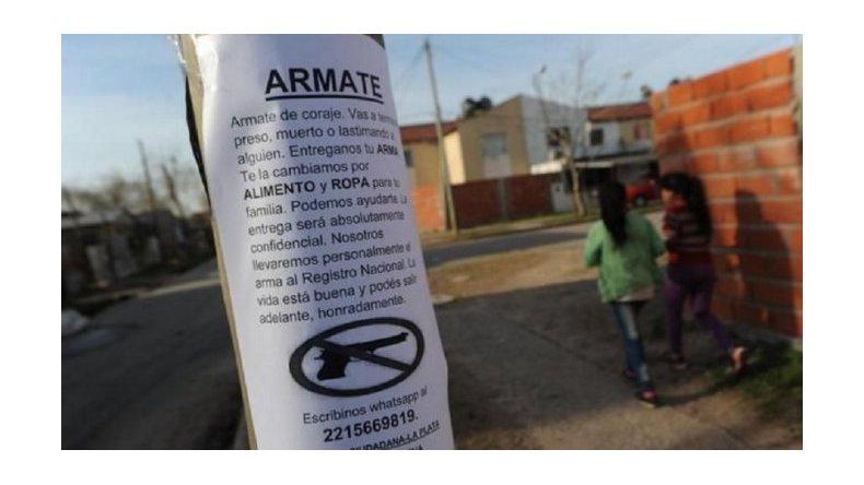 Para combatir la inseguridad, vecinos salen a canjear armas por comida