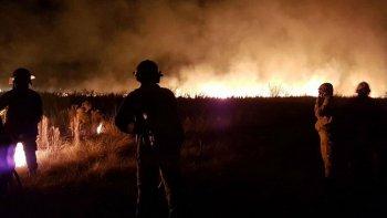 combaten dos focos de incendio en las sierras de cordoba