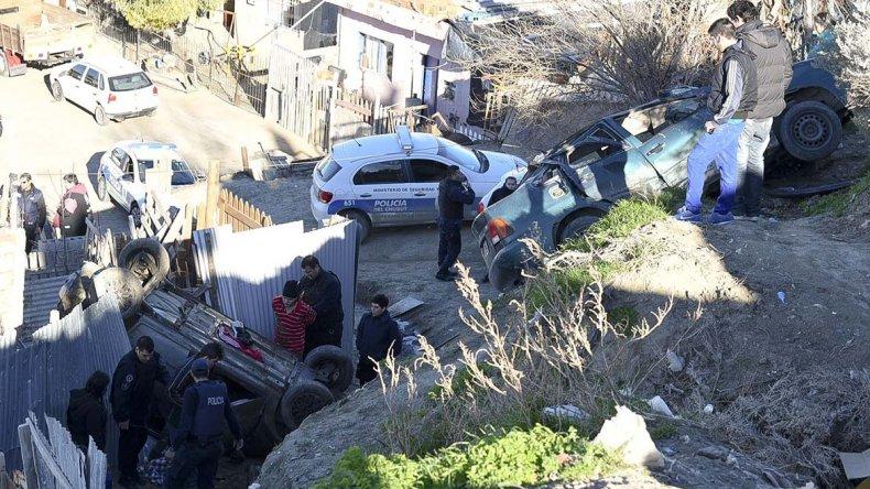 El momento en que la policía detiene a los dos ocupantes del vehículo.