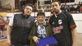 Juan Carlos Morel, Rosa Edith Villegas y Gustavo Morel durante el homenaje que se le realizó a Ramón Cacho Morel el último sábado en Federación Deportiva.