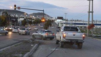 El semáforo del cruce de Yrigoyen y Roca ayer funcionaba con luces intermitentes tras los daños ocasionados a la palma por un conductor que escapó del lugar.