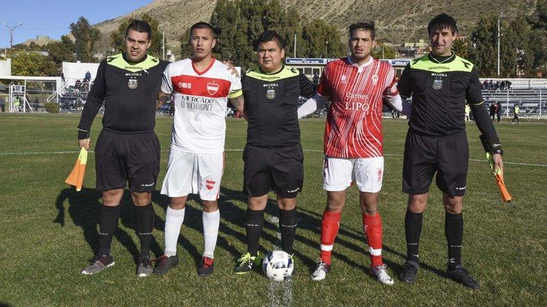 Los capitanes de Olimpia Juniors y Huracán junto a la terna arbitral en kilómetro 3.