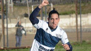 Lucas Sergi festeja uno de sus dos goles que le marcó ayer a Estrella Norte en Caleta Olivia.