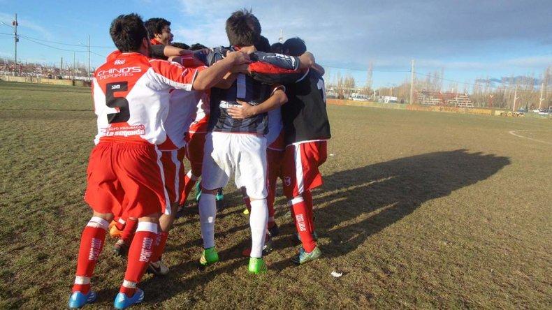 Sarmiento festejó una apretada victoria en su casa.
