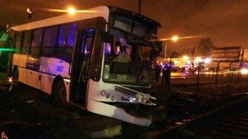 un tren embistio a un colectivo: un muerto y 15 heridos