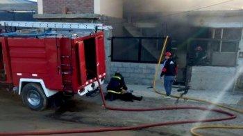 Un bombero asiste a uno de los chicos, procurando salvarle la vida con técnicas de reanimación cardiopulmonar.