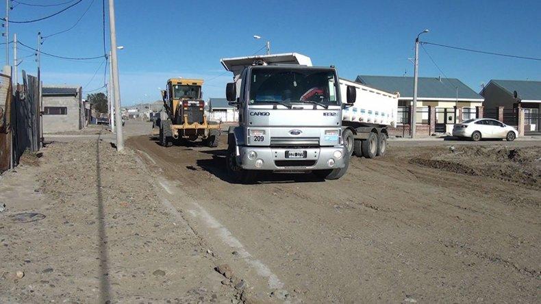 El trabajo de máquinas y camiones es constante en distintos barrios de la ciudad. Las consecuencias del temporal a cuatro meses aún se hacen notar.