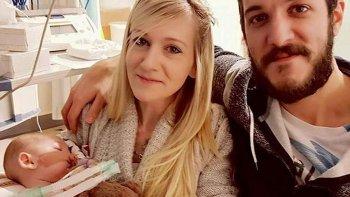 El bebé Charlie Gard junto a sus padres.