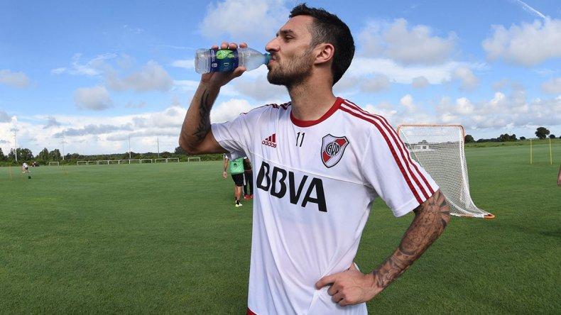 Nacho Scocco se refresca durante un entrenamiento de River en Orlando.