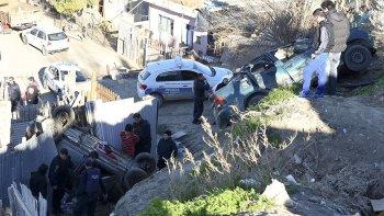 El conductor del auto que chocó una ambulancia, un VW Polo y desbarrancó en el patio de una casa ayer recuperó la libertad.