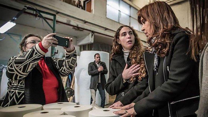 Cristina visitó una empresa familiar textil en Moreno.