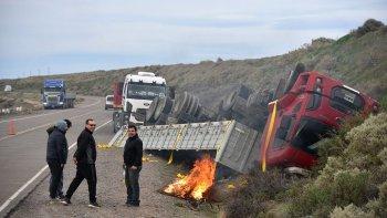 El conductor del camión que volcó en la zona de La Lobería –quien aparece a la izquierda de la fotografía- admitió que se quedó dormido.
