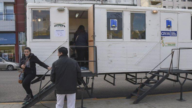 En la plaza de la Escuela 83 se instalaron dos trailers en los que se aplicarán vacunas contra la Hepatitis B y se realizarán exámenes para detectar posibles casos de Hepatitis C.