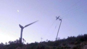 rafagas de 120 km/h generaron voladuras de techos y caidas de postes