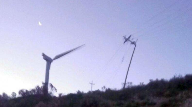 Ráfagas de 120 km/h generaron voladuras de techos y caídas de postes