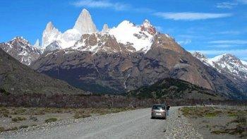 El trayecto cordillerano de 32 kilómetros presenta vistosos atractivos naturales, incluyendo ejemplares de la fauna autóctona como el huemul andino.