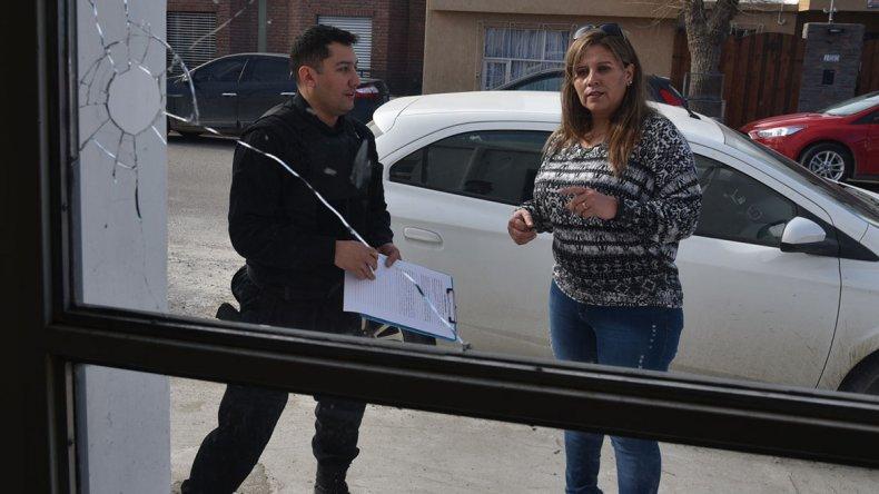 Personal de la Comisaría Seccional Primera recibió un informe de la concejal Liliana Andrade por la rotura de uno de los vidrios de su despacho que da hacia el pasaje 20 de Junio.