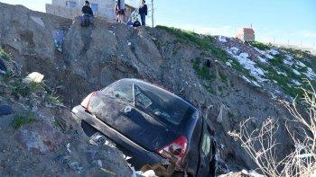 El Clio que fue robado el domingo en La Loma apareció ayer en un zanjón del Máximo Abasolo. El conductor que se desbarrancó escapó y aún no fue identificado por la Policía.