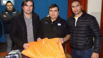 El titular de la Supervisión Municipal de Tránsito, Marcelo González –izquierda– recibió la donación de elementos por parte de Lino Díaz y de Rafael Guenchenén.