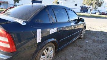 La Policía de la Seccional Tercera y personal de Criminalística al cierre de esta edición realizaban una requisa en el Chevrolet Astra para secuestrar los cartuchos calibre 38 que había en el interior.