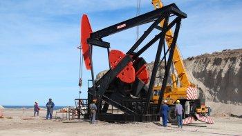 El fantasma de los despidos masivos vuelve a sobrevolar a la industria petrolera.