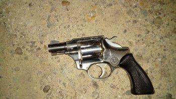 El revólver que secuestró la policía ayer tras la persecución a los jóvenes en el sector comercial de la avenida Chile.